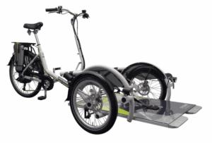 Vélo plus, vélo adapté handicap pour insérer directement un fauteuil roulant basique et faire de longues promenades